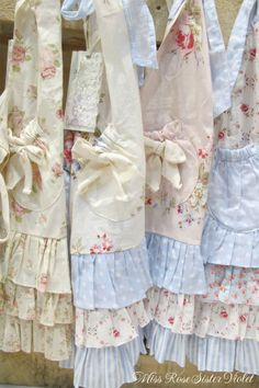 22 new ideas sewing aprons vintage shabby chic Aprons Vintage, Vintage Shabby Chic, Shabby Chic Decor, Vintage Handkerchiefs, Vintage Sheets, Vintage Sewing, Estilo Shabby Chic, Cute Aprons, Flirty Aprons