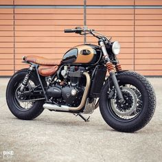 There's more than one way to get yourself a Triumph with a bobber vibe. How about this beautifully detailed T120 Black from @baakmotocyclettes? . Hit the link in our bio for more shots, or jump to...