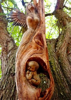 Arte Dibujo y Pintura - Esculturas - Comunidad - stunning. Would be perfect tombstone for mother and unborn or newly born baby. Art Sculpture En Bois, Driftwood Sculpture, Driftwood Art, Tree Carving, Wood Carving Art, Wood Carvings, Art Et Nature, Nature Tree, Tree Faces