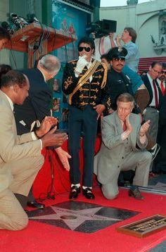 20 de Noviembre, Michael Jackson hizo historia al recibir su estrella en el Paseo de la Fama.
