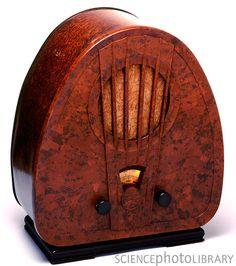 Bakelite Radio by Victor De Schwanberg Retro Record Player, Retro Vintage, Vintage Items, Vintage Style, Art Nouveau, Retro Radios, Old Time Radio, Antique Radio, Old Tv