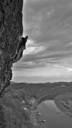 """""""nach unten gehts immer"""" - von jajen zeigt einen Kletterer an der Bastei über der Elbe. Mehr davon im CEWE Fotowettbewerb: https://contest.cewe-fotobuch.de/sport-2016/photo/nach-unten-gehts-immer"""
