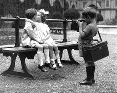 Beso entre niños