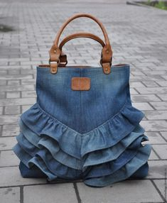 "Одноклассники ""Love this upcycled denim bag!"", ""How to make bag from old jeans"" Diy Jeans, Jeans Pants, Diy Denim Purse, Diy Bags Jeans, Artisanats Denim, Denim Bags From Jeans, Mochila Jeans, Blue Jean Purses, Denim Jean Purses"