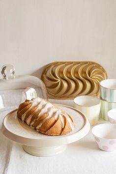 Bundt cake de coco tipo loaf hecho con el molde Heritage Loaf Pan de Nordic Ware, con glaseado. Receta paso a paso con fotos. Loaf Cake, Pound Cake, Bunt Cakes, Cupcake Cakes, Sweet Desserts, Dessert Recipes, Cake Pans, Yummy Cakes, Bakery