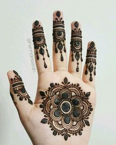 We are have geometric shapes and earthy designs to decorate our hands with mehndi for a long time now. Here are 17 classic round mehndi designs for you. Easy Mehndi Designs, Latest Mehndi Designs, Bridal Mehndi Designs, Round Mehndi Design, Mehndi Designs Finger, Palm Mehndi Design, Floral Henna Designs, Mehndi Designs For Girls, Mehndi Designs For Beginners