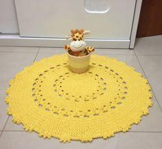 Este tapete é ideal para espaços pequenos. Este aqui foi feito para o quarto de um bebê, o espaço era pequeno , mas o quarto merecia um tapetinho para complementar a decoração . Feito sob medida ele mede 66 cm de diametro. Confeccionado com barbante de qualidade na cor amarelo ouro, para combinar...