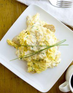 Recette Oeufs brouillés THERMOMIX : Mettre dans le bol 6 oeufs, 30g de crème fraîche épaisse, sel et poivre, programmer 12 mn à 100° en vitesse 2, sans le gobelet.Ajouter des herbes ciselées, des crevettes, des truffes…dans la dernière minute de cuisson....