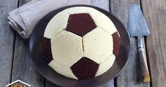 Dieser tolle Fußballkuchen passt super als Snack für einen gemeinsamen Fußball-Abend vor dem Fernseher oder für das nächste Vereinsfest des Sportclubs!