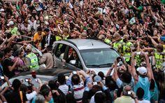 Carro do Papa Francisco foi cercado por pessoas durante a chegada no centro do Rio de Janeiro