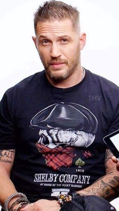 My lordy if only he would look at me that way. Of Tom Hardy Most Beautiful Man, Gorgeous Men, Beautiful People, Tom Hardy Hot, Tom Hardy Beard, Le Male, Hommes Sexy, Peaky Blinders, Hollywood Actor