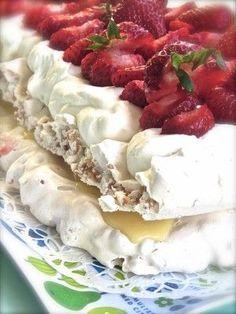 Kakor och Drömmar - Bästa jordgubbstårtan. Köstliche Desserts, Delicious Desserts, Dessert Recipes, Pavlova, Swedish Recipes, Sweet Recipes, Sweet Pastries, Bagan, Piece Of Cakes