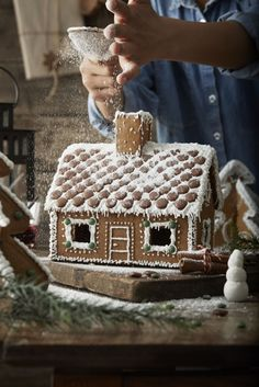 One of my favorite Christmas traditions is decorating a gingerbread house with my family each year! noelchristmas : One of my favorite Christmas traditions is decorating a gingerbread house with my family each year! Ikea Christmas, Christmas Mood, Merry Little Christmas, All Things Christmas, Christmas Kitchen, Christmas Quotes, Christmas Countdown, Christmas 2017, Christmas Pictures