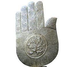 A Mão de Deus, conhecida como a Mão de Fátima (a filha de Maomé) representa ou simboliza os cinco pilares do Islão (os cinco dedos representam as cinco práticas essenciais do Islão). ~ Another meaning for the Hand os God is: Islamic Hamsa Evil Eye Amulet.