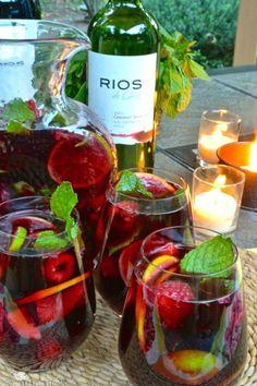 """Sangria é uma divertida e fácil bebida espanhola. Normalmente, sangrias são feitas com vinho tinto, mas nos dias de hoje também podem ser feitas com""""cava"""", que é um vinho espumante catalão por exce..."""