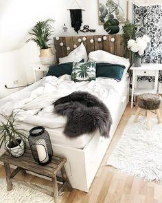 """Ich liebe es total """"einfache"""" Möbel durch kleine Änderungen aufzuhübschen #upcycling #diy #palettenbett #bedroom #bed"""