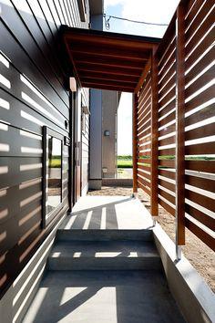 竣工写真アルバム - その2 - - YaMa_Home blog -新潟木の家 自然素材の注文住宅- Garden Entrance, House Made, Home Reno, Little Houses, Exterior Design, Facade, Porch, Pergola, Shed