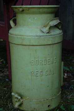 Vintage Moss Green Bordens Metal Milk Can . Vintage Milk Can, Vintage Tins, Vintage Green, Vintage Antiques, Old Milk Cans, Milk Jugs, Milk Bottles, Churning Butter, Watering Cans