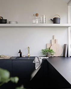 Simple kitchen style and design tips: Are you remodeling your kitchen? Our guide to kitchen design is jam packed with lots of redecorating tips and tricks to help you transform your room into a wish come true. Check the webpage to learn Kitchen Cabinets Fronts, Cabinet Fronts, Kitchen Shelves, Black Cabinets, Black Counters, Ikea Cabinets, Upper Cabinets, New Kitchen, Kitchen Interior