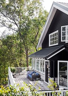 Star style: Tara Denniss beautiful riverside home Exterior . I like the black on the fascia it minimizes the white yet still lets it pop. The post Star style: Tara Denniss beautiful riverside home appeared first on Landhaus ideen. Beach Cottage Style, Beach House Decor, Coastal Style, Cottage House Styles, Modern Coastal, Palette Design, Riverside House, Black House Exterior, Deco Design