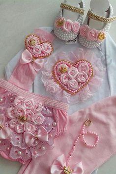 Contém no Kit 1 Body 1 calça 1 calcinha 1 sapatinho 1 faixa FAVOR ANTES DE COMPRAR INFORMAR O TAMANHO DESEJADO! OBrigada!! Baby Girl White Dress, Little Girl Dresses, Baby Dress, Baby Outfits, Kids Outfits, Baby Sewing Projects, Sewing Crafts, Spanish Baby Clothes, Baby Kit