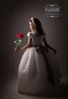 Comuniones 2018 , campaña de estudio , fotógrafo jesusrebate Salamanca Fine Art Photography, Wedding Photography, Poses, Cute Kids, Girl Hairstyles, Wood Crafts, Photo Art, Halloween Costumes, Photoshoot