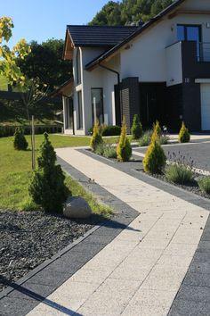Nawierzchnia wokół domu ułożona z kwadratowych kostek Polbruk Complex. #Polbruk