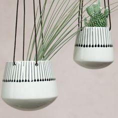 Vases et pots design Diy Hanging Planter, Indoor Planters, Hanging Basket, Ceramic Flower Pots, Ceramic Planters, Pottery Handbuilding, Vases, Decorative Planters, Painted Pots