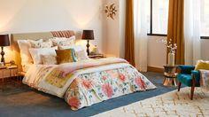 habitación rosa con flores y moqueta