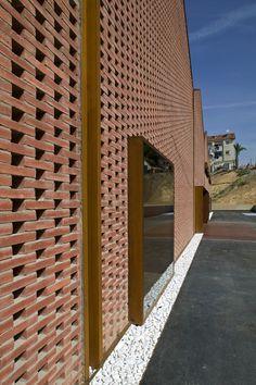 Capa drenante de canto rodado en el encuentro del edificio con el suelo  //  Espai Baronda - Alonso y Balaguer