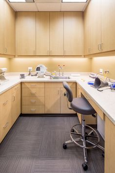 New lab space with warm tones and colors. Dental Office Decor, Medical Office Design, Clinic Interior Design, Clinic Design, Dental Design, Design Lab, Dental Technician, Dental Laboratory, Hospital Design