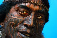 Maori warrior, New Zealand.Tribal Facial Tattoos from Around the World Cara Tribal, Tribal Face, Polynesian Men, Polynesian People, Polynesian Tattoos, We Are The World, People Around The World, Tahiti, Population Du Monde