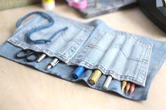 Eine tolle Stifterolle aus einer alten Jeans basteln. Upcycling kann so einfach und so kreativ sein. Diese und andere Ideen auf Upcycle Me.