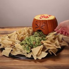 Video: Prepare the perfect dish for a Halloween aperitif (Women of Today) Halloween Cocktails, Halloween Snacks, Diy Deco Halloween, Buffet Halloween, Comida De Halloween Ideas, Hallowen Food, Halloween Food For Party, Halloween Decorations, Halloween Potluck Ideas