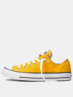 Converse Chuck Taylor All Star Ox Trainers. I LOVE this yellow color! Moda Converse, Converse Style, Converse Shoes, Converse Outlet, Shoes Sneakers, Yellow Converse, Yellow Shoes, Pink Yellow, Fashion Shoes