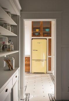 retro kühlschrank hellgelb farbe weiße holz möbel