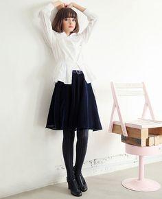 サイドにいくつものリボンがついたsickなスカート。裏生地には可愛いクマさん柄の生地が使われています。前ウエストベルト部分はニットになっていて、シルバーのモチーフがついています。ウエスト部分の内側にボタンがついていてサイズ調整が可能です。 made in JAPAN 【素材】綿 【カラー】A:紺/B:えんじ 【モデル】玉城ティナ T163 B73 W59 H82
