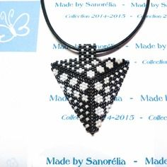 2014/036 - pendentif + cordon - style triangle - tissage  peyote - perle en noir et blanc - motif bridget