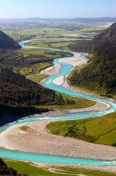 Winding Whataroa River at the West Coast of New Zealands. Low levels of minerals create a turqouise color of the river.
