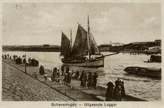 Scheveningse vrouwen in dracht zwaaien de bemanning van een uitvarende zeillogger uit; op de achtergrond de oude sleephelling. ca 1920 F. Alter, Scheveningen, nr. Sev. 269 #ZuidHolland #Scheveningen
