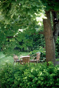 Talon sisäpihalla on ihanan vehreä keidas. Siellä Karin, Toni ja lapset voivat vapaapäivinä nauttia kesästä. Katolla sijaitsevalla terassilla voi kesäisin järjestää vaikka pienet grillijuhlat.