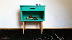 Peint dun joli vert menthe, ce petit meuble vintage nen est pas moins utile. Tantôt table de chevet pour y déposer votre livre préféré, tantôt