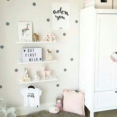 Plankjes aan de muur met leuke spullen ♡