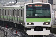 Een Yamanote-lijn trein in de buurt van station Meguro.