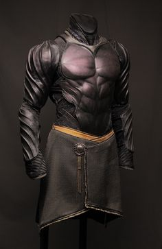 Batman-like leather armor. Fantasy Armor, Fantasy Weapons, Medieval Fantasy, Medieval Armor, Armadura Medieval, Suit Of Armor, Body Armor, Armadura Cosplay, Costume Armour