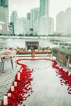 Want to create an unforgettable marriage proposal? We've compiled some of our favourite wedding proposal ideas for you and your loved one. Whether you want something simple, private, romantic or extravagant – we've got you covered. Cute Proposal Ideas, Beach Proposal, Romantic Proposal, Romantic Surprise, Perfect Proposal, Engagement Proposal Ideas, Proposal Photos, Romantic Ideas, Surprise Proposal Pictures