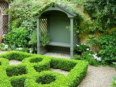 kleine grüne Laube im Garten