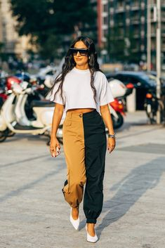 The style crowd may be feeling Fashion Month fatigue, but you'd never know it from their outfits. The street style at Milan Fashion Week continued the nearly Street Look, Street Chic, Cool Street Fashion, Sport Street Style, Paris Street, Street Wear, Fashion 2020, Milan Fashion, Fashion Trends