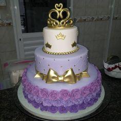 A imagem pode conter: 2 pessoas Sofia The First Birthday Cake, Princess Theme Birthday, Prince Birthday, Pretty Birthday Cakes, Sweet 16 Birthday, Party Desserts, Party Cakes, Bolo Sofia, Birthday Party Decorations