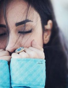 That cold wind which passes through ur face making ur whole body calm Or the wind that bring peace Model Poses Photography, Girl Photography Poses, Winter Photography, Wedding Photography, Stylish Girls Photos, Stylish Girl Pic, Cute Girl Poses, Girl Photo Poses, Photo Shoot
